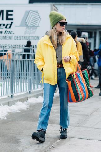 Comment porter: doudoune jaune, sweat à capuche gris, jean à patchwork bleu, bottines plates à lacets en cuir noires