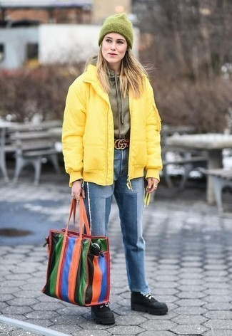 Comment porter: doudoune jaune, sweat à capuche olive, jean bleu, bottines plates à lacets en daim noires