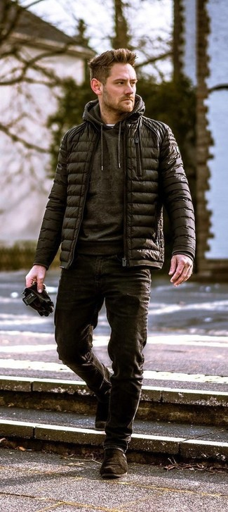 Comment porter: doudoune noire, sweat à capuche noir, jean noir, bottines chelsea en daim marron foncé