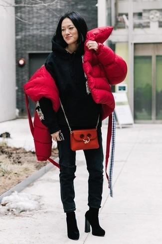 Comment porter: doudoune rouge, sweat à capuche imprimé noir, jean déchiré noir, bottines en daim noires