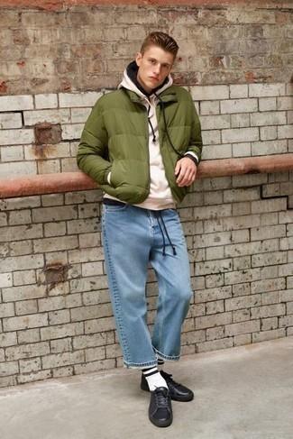 Comment s'habiller quand il fait froid: Choisis une doudoune olive et un jean bleu clair si tu recherches un look stylé et soigné. Tu veux y aller doucement avec les chaussures? Termine ce look avec une paire de baskets basses en cuir noires pour la journée.