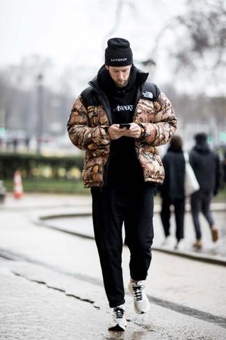 Comment porter des chaussures de sport blanches: Pense à porter une doudoune camouflage marron et un pantalon chino noir pour prendre un verre après le travail. Mélange les styles en portant une paire de des chaussures de sport blanches.