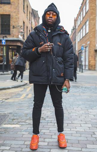 Comment porter une doudoune bleu marine: Pense à marier une doudoune bleu marine avec un pantalon chino noir pour achever un look habillé mais pas trop. Décoince cette tenue avec une paire de des chaussures de sport orange.