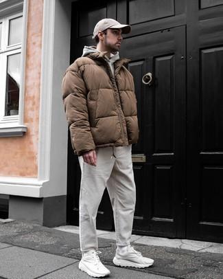 Comment porter un pantalon chino en velours côtelé blanc: Essaie d'harmoniser une doudoune marron avec un pantalon chino en velours côtelé blanc pour un look idéal au travail. Tu veux y aller doucement avec les chaussures? Complète cet ensemble avec une paire de chaussures de sport blanches pour la journée.