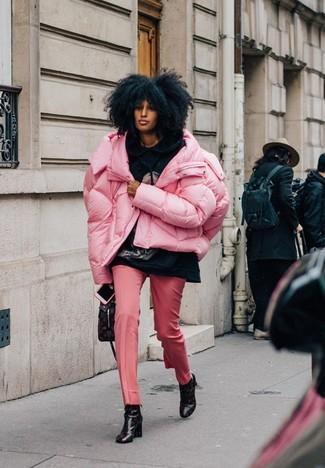 Comment porter: doudoune rose, sweat à capuche imprimé noir, pantalon de costume rose, bottines en cuir imprimées noires