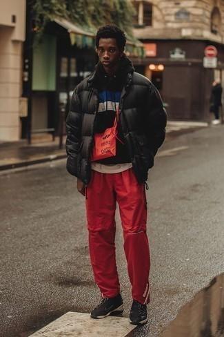 Comment porter une doudoune noire: Associe une doudoune noire avec un pantalon de jogging rouge pour obtenir un look relax mais stylé. Une paire de des chaussures de sport noires apportera un joli contraste avec le reste du look.
