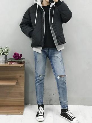 Comment porter une doudoune noire: Pour créer une tenue idéale pour un déjeuner entre amis le week-end, associe une doudoune noire avec un jean déchiré bleu clair. Une paire de des baskets basses en toile noires et blanches est une option astucieux pour complèter cette tenue.