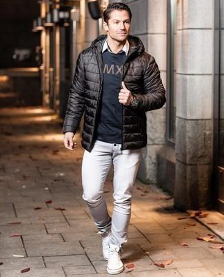 Comment porter des baskets montantes en toile blanches: Essaie de marier une doudoune légère marron foncé avec un jean gris pour créer un look chic et décontracté. Tu veux y aller doucement avec les chaussures? Termine ce look avec une paire de baskets montantes en toile blanches pour la journée.