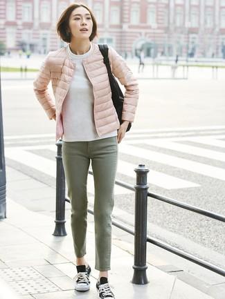 Comment porter: doudoune rose, sweat-shirt blanc, jean olive, baskets basses en toile noires et blanches