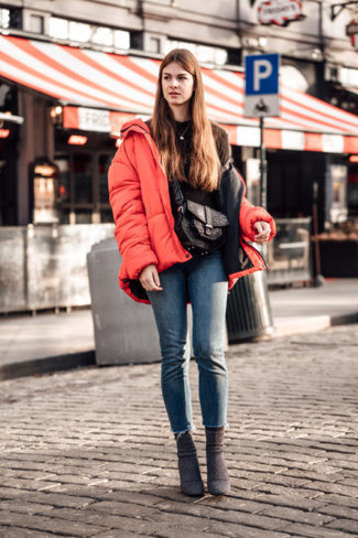 Comment porter: doudoune rouge, sweat-shirt noir, jean skinny bleu, bottines en daim marron foncé