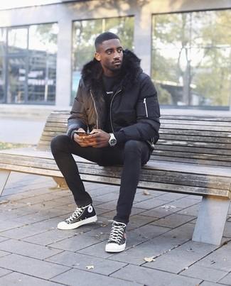 Comment porter: doudoune noire, sweat-shirt noir, jean skinny noir, baskets montantes en toile noires et blanches