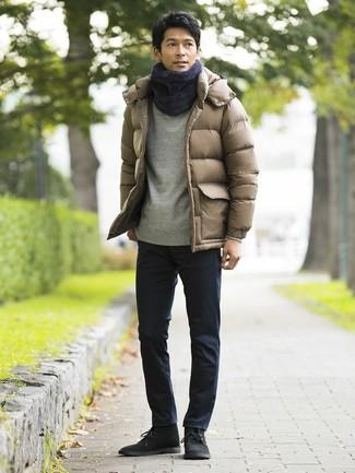Comment porter: doudoune marron clair, sweat-shirt gris, pantalon chino bleu marine, bottines chukka en daim noires