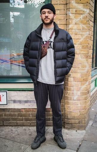 Comment porter des chaussures de sport gris foncé quand il fait frais: Pense à harmoniser une doudoune noire avec un pantalon chino à rayures verticales bleu marine si tu recherches un look stylé et soigné. Jouez la carte décontractée pour les chaussures et assortis cette tenue avec une paire de des chaussures de sport gris foncé.