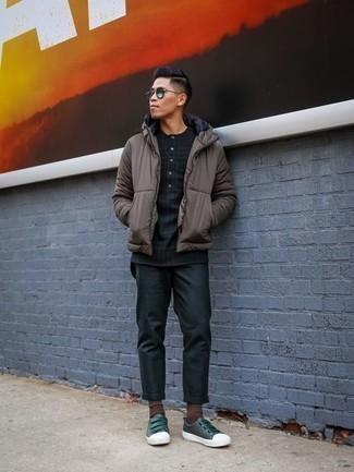Comment porter des lunettes de soleil vertes: Opte pour une doudoune marron avec des lunettes de soleil vertes pour une tenue idéale le week-end. Transforme-toi en bête de mode et fais d'une paire de des baskets basses en cuir vert foncé ton choix de souliers.