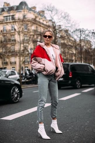 Comment porter: doudoune rose, t-shirt à col rond imprimé blanc et noir, jean gris, bottines élastiques blanches