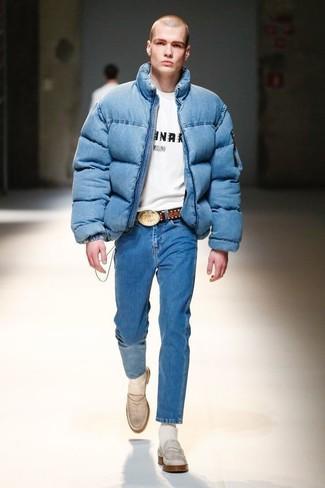Comment porter: doudoune bleue, t-shirt à col rond imprimé blanc et noir, jean bleu, slippers en cuir blancs
