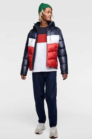 Comment porter: doudoune blanc et rouge et bleu marine, t-shirt à col rond blanc et rouge et bleu marine, jean bleu marine, chaussures de sport grises