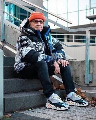 Comment s'habiller après 60 ans: Opte pour une doudoune imprimée blanche et noire avec un jean bleu marine pour un déjeuner le dimanche entre amis. Tu veux y aller doucement avec les chaussures? Termine ce look avec une paire de des chaussures de sport multicolores pour la journée.