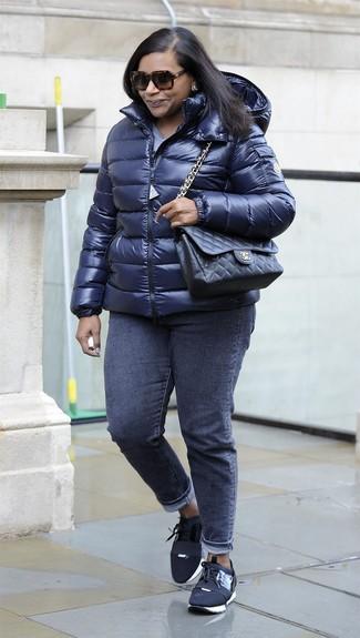 Comment porter: doudoune bleu marine, t-shirt à col rond bleu clair, jean skinny gris foncé, baskets basses en toile noires