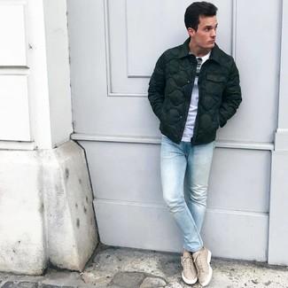 Comment porter: doudoune vert foncé, t-shirt à col rond blanc, jean skinny bleu clair, baskets basses en cuir beiges