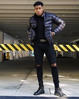 Comment porter un t-shirt à col rond noir: Pense à porter un t-shirt à col rond noir et un jean skinny déchiré noir pour une tenue idéale le week-end. Jouez la carte classique pour les chaussures et choisis une paire de baskets montantes en cuir noires.