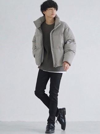Comment s'habiller à l'adolescence: Associe une doudoune grise avec un jean skinny noir pour un déjeuner le dimanche entre amis. Termine ce look avec une paire de chaussures derby en cuir noires pour afficher ton expertise vestimentaire.