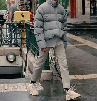 Tenue: Doudoune grise, T-shirt à col rond blanc, Pantalon chino beige, Chaussures de sport blanches