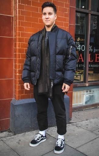Comment porter une écharpe imprimée marron foncé: Pense à opter pour une doudoune bleu marine et une écharpe imprimée marron foncé pour un look idéal le week-end. Rehausse cet ensemble avec une paire de des baskets basses en toile noires et blanches.