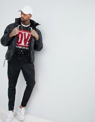 Comment porter: doudoune noire, t-shirt à col rond imprimé noir, pantalon de jogging noir, chaussures de sport blanches
