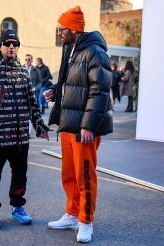 Tendances mode hommes: Essaie d'associer une doudoune noire avec un pantalon de jogging imprimé orange pour obtenir un look relax mais stylé. Jouez la carte décontractée pour les chaussures et opte pour une paire de des chaussures de sport blanches.