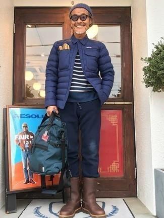Comment porter une doudoune légère bleu marine: Harmonise une doudoune légère bleu marine avec un pantalon de jogging bleu marine pour une tenue confortable aussi composée avec goût. Jouez la carte classique pour les chaussures et termine ce look avec une paire de des bottes de pluie marron.