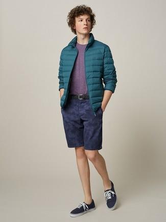 Comment porter: doudoune bleu canard, t-shirt à col rond pourpre, short bleu marine, baskets basses en toile bleu marine