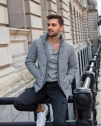 Comment porter un t-shirt à manche longue et col boutonné: Opte pour un t-shirt à manche longue et col boutonné avec un pantalon cargo gris foncé pour une tenue relax mais stylée. Termine ce look avec une paire de des baskets basses blanches.