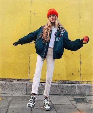 Pense à harmoniser une doudoune bleue canard avec des gants en cuir noirs UGG pour un look idéal le week-end. Une paire de des baskets montantes en toile noires et blanches apportera un joli contraste avec le reste du look.