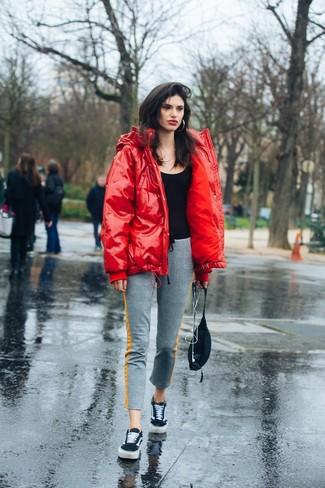 Opte pour le confort dans une doudoune rouge et un pantalon de jogging gris Tommy Hilfiger. Cet ensemble est parfait avec une paire de des baskets basses en daim noires.
