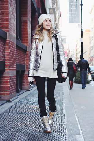 Comment porter: doudoune argentée, tunique en laine en tricot blanche, jean skinny noir, baskets montantes en cuir argentées