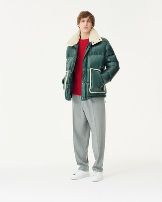 Comment porter: doudoune vert foncé, pull à col rond rouge, pantalon de costume gris, baskets basses en cuir blanches