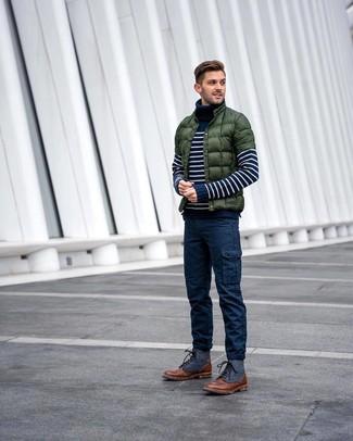 Comment porter: doudoune vert foncé, pull à col roulé à rayures horizontales bleu marine et blanc, pantalon cargo bleu marine, bottes de loisirs en cuir marron