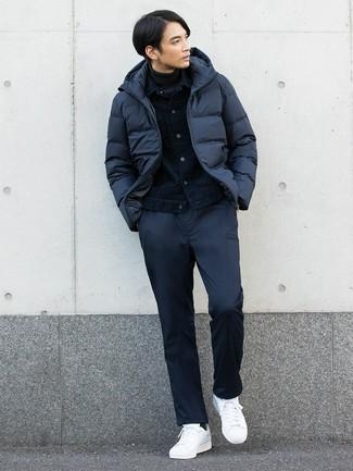 Comment porter: doudoune bleu marine, veste en jean bleu marine, pull à col roulé gris foncé, pantalon chino bleu marine