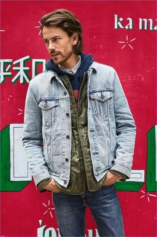 Tenue: Doudoune légère olive, Veste en jean bleu clair, Sweat à capuche imprimé bleu marine, Chemise à manches longues à rayures verticales blanche