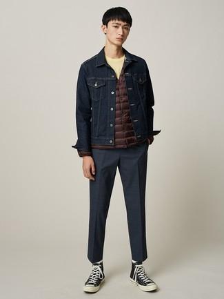 Comment porter: doudoune légère marron foncé, veste en jean bleu marine, t-shirt à col rond jaune, pantalon de costume à carreaux bleu marine