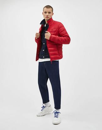 Comment porter: doudoune rouge, veste en jean bleu marine, t-shirt à col rond blanc, jean bleu marine