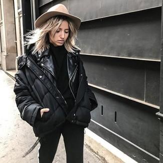 Comment porter: doudoune noire, veste motard en cuir noire, pull à col roulé noir, pantalon slim noir