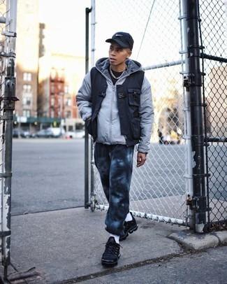 Tendances mode hommes: Pense à harmoniser une doudoune grise avec un pantalon de jogging imprimé tie-dye noir pour obtenir un look relax mais stylé. Une paire de chaussures de sport noires apportera un joli contraste avec le reste du look.