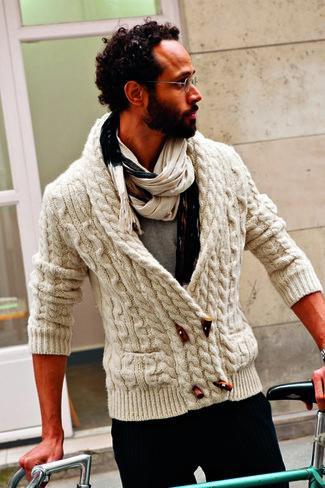 Comment porter: duffel-cardigan en tricot beige, t-shirt à col rond gris, pantalon de costume à rayures verticales noir, écharpe beige