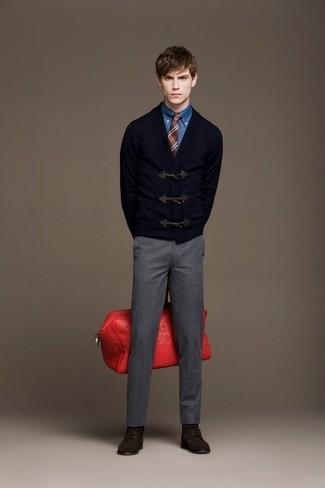 Comment porter: duffel-cardigan bleu marine, chemise en jean bleue, pantalon de costume en laine gris, bottes de loisirs en daim marron foncé