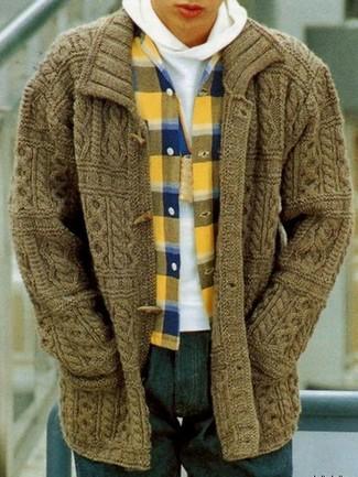Comment porter: duffel-cardigan olive, sweat à capuche blanc, chemise à manches longues en flanelle écossaise jaune, jean bleu marine