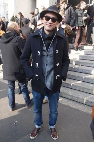 Comment porter un blazer en laine gris quand il fait frais: Marie un blazer en laine gris avec un jean bleu pour un look idéal au travail. Si tu veux éviter un look trop formel, complète cet ensemble avec une paire de des baskets basses en cuir marron.