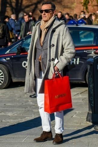 Comment porter des bottines chukka en daim marron en hiver: Quelque chose d'aussi simple que d'harmoniser un duffel-coat gris avec un jean blanc peut te démarquer de la foule. Une paire de des bottines chukka en daim marron est une option parfait pour complèter cette tenue. Ce look est très hivernal.