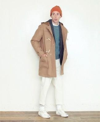 Comment s'habiller en hiver: Choisis un duffel-coat marron clair et un pantalon chino blanc pour créer un look chic et décontracté. Une paire de baskets basses en toile blanches apportera un joli contraste avec le reste du look. On adore ce look, bien hivernale.